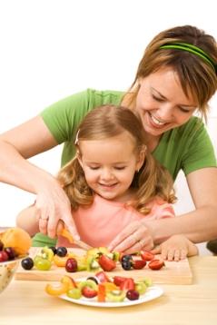 Mama e hija frutas