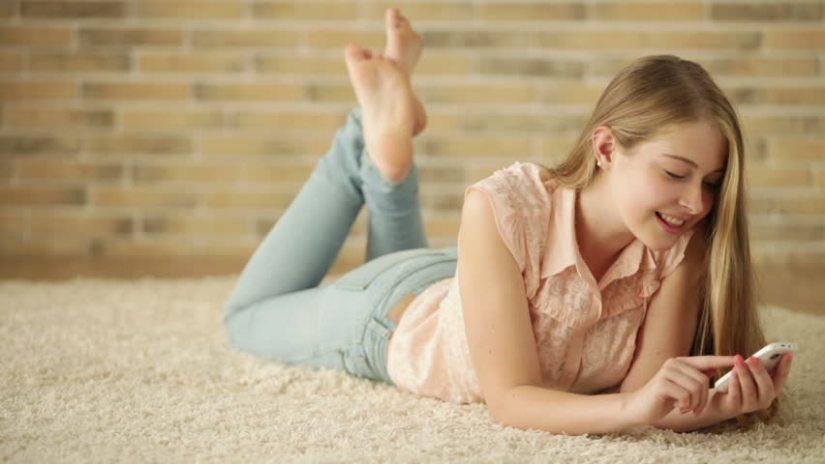 acostada en la alfombra