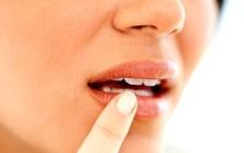 mujer labios ulceras-en-la-boca