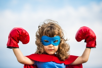 niña fuerte superheroe