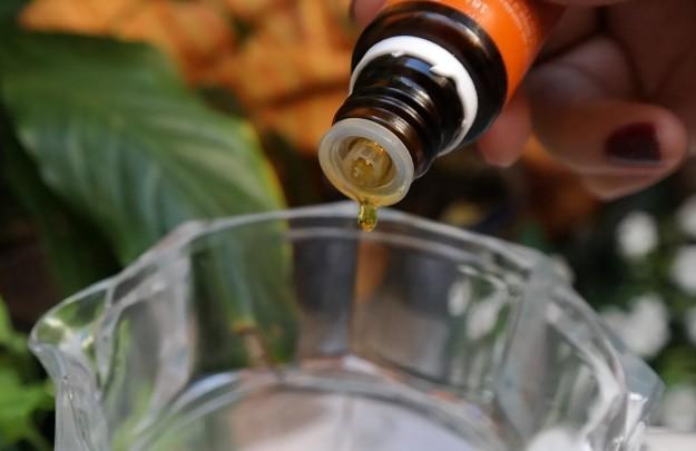 gota aceite esencial naranja jarra agua