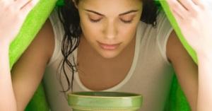 mujer inhalar vapor agua caliente aceites esenciales
