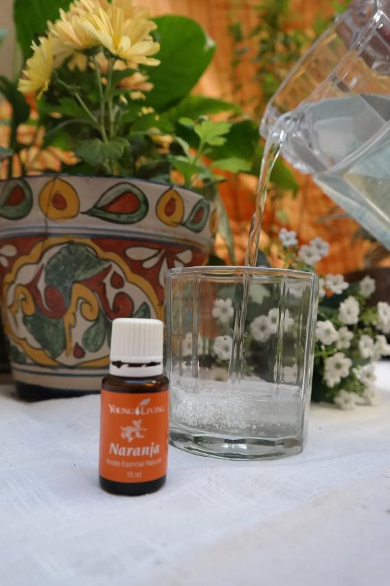 aceite esencial naranja vaso agua jarra