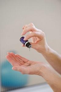 aplicar-aceites-esenciales-en-manos
