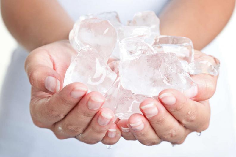 manos-con-hielo